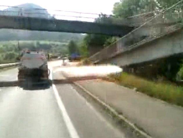 Snímek z videa, které koluje internetem.