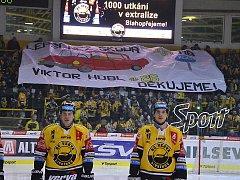 Transparent litvínovských fanoušků oslavující Viktora Hübl a jeho 1000. zápas v extralize.