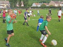 Děti na fotbalovém kempu, který se uskuteční i letos.