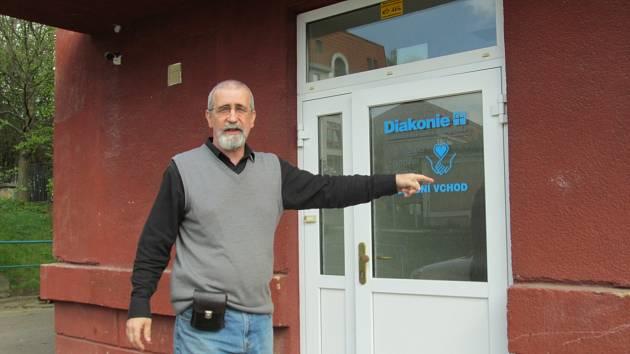 Blahoslav Číčel u služebního vstupu do azylového domu.
