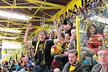 Fanoušci Litvínova sledovali první finálový zápas na obrazovce na zimním stadionu.