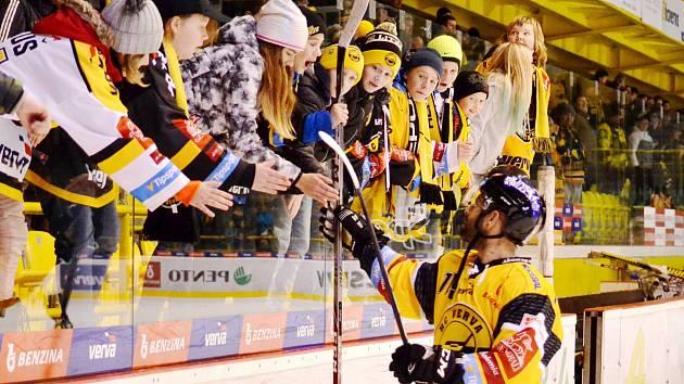 Samson Mahbod podává malému fanouškovi Litvínova svou hokejku.
