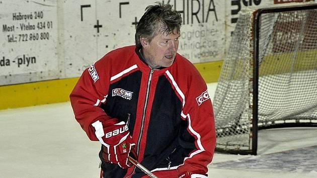 Zdeněk Kolman z Mostu pořádá mezinárodní hokejové turnaje mládeže a každoročně tak přiveze na tisíc lidí, kteří se nezajímají jen o hokej.