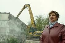 Stavbaři loni bourali v Obrnicích neobydlený obecní panelák. Vpravo starostka Drahomíra Miklošová.