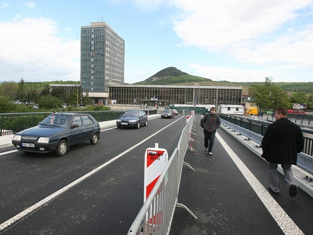 Nový most vede k nádraží, kde letos začne rekonstrukce ploch. U nádražní haly vznikne i nové parkoviště.