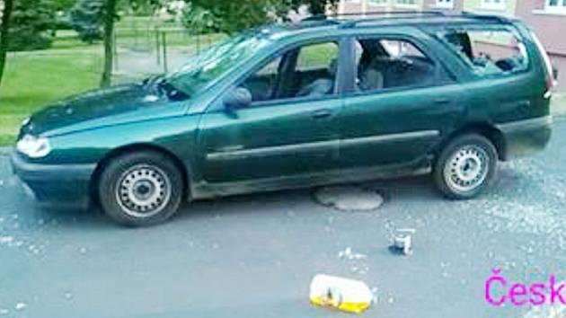 Zdemolované auto po útoku party výtržníků