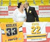 Eliška a Vratislav Bílkovi fotili svatební fotky na litvínovském zimáku. Zdroj: http://mostecky.denik.cz/hokej_region/hokejova-svatba-fanousci-si-jako-kulisu-svatby-zvolili-litvinovsky-zimak-20170821.html