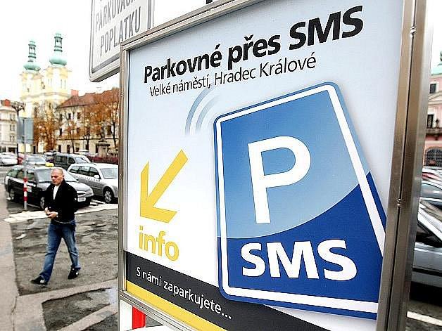 Parkování přes SMS funguje třeba v Hradci Králové.