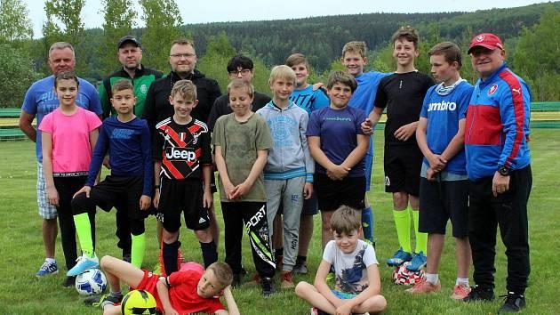 Děti z horských obcí, ale také z dětského domova z Hory Svaté Kateřiny trénují na brandovském fotbalovém hřišti, kde mají díky obci parádní zázemí včetně šaten a fotbalových kabin, které jim vedení Brandova dalo k dispozici.