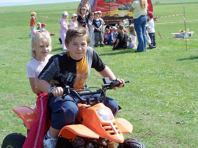Děti na dětském dni jezdí na bugině.