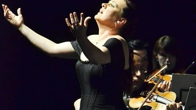 Sopranistka Jana Šrejma-Kačírková, držitelka Ceny Thalie za rok 2013, zpíval v pondělí večer v Městském divadle v Mostě.