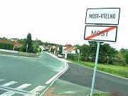 Nový chodník mezi Mostem a Vtelnem zahrnul i nové zastávky MHD, lampy a vylepšení náměstíčka ve Vtelně.