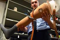 Mluvčí mosteckých strážníků Luboš Trojna s nalezenou protézou.