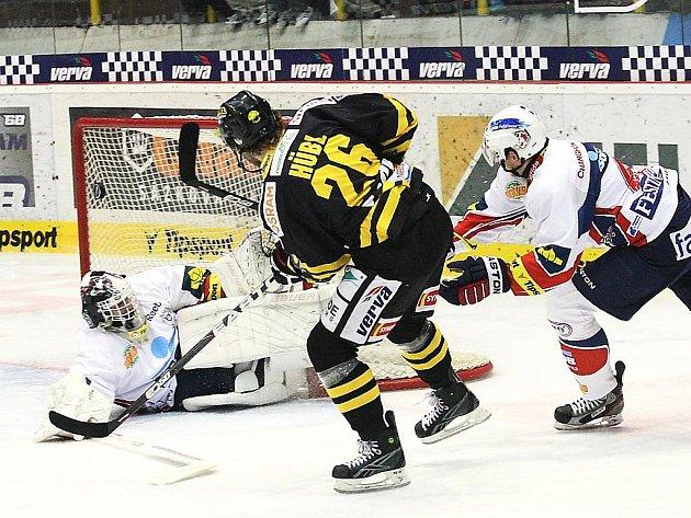 Litvínovský Viktor Hübl právě střílí vyrovnávací branku v zápase s Pardubicemi.