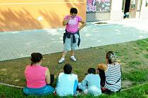 A přece sedí! Romové sedí na jednom z míst ve Stovce, kde se terén upravil pro lavičky.