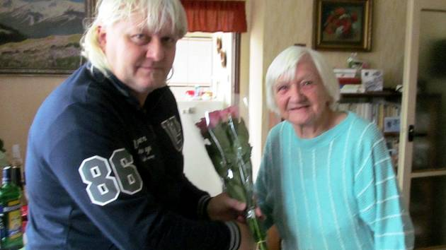 Šéfredaktor Edvard D. Beneš předal paní Marii Müllerové kytičku.