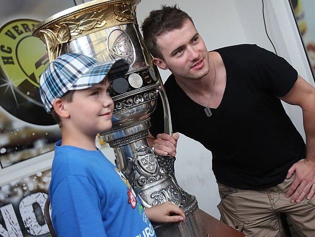 Jakub Petružálek představil v Litvínově Gagarinův pohár. Získá ho i nyní?