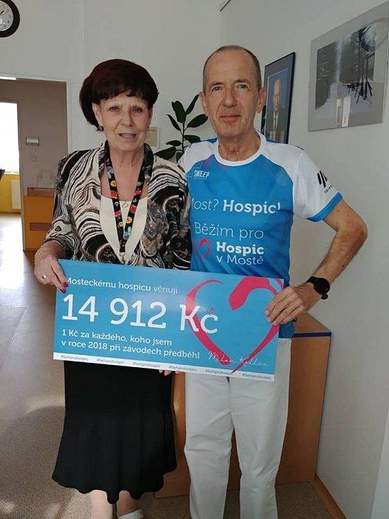 Lékař Milan Koller z Mostu pomáhá během mosteckému hospicu. Vymyslel projekt Běhám pro Hospic v Mostě založený na předbíhání závodníků, za které platí dobrovolný poplatek, za jednoho 1 Kč. Foto: archiv MK