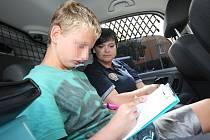 """Strážníci """"rozmluvili"""" opuštěného autistického chlapce"""