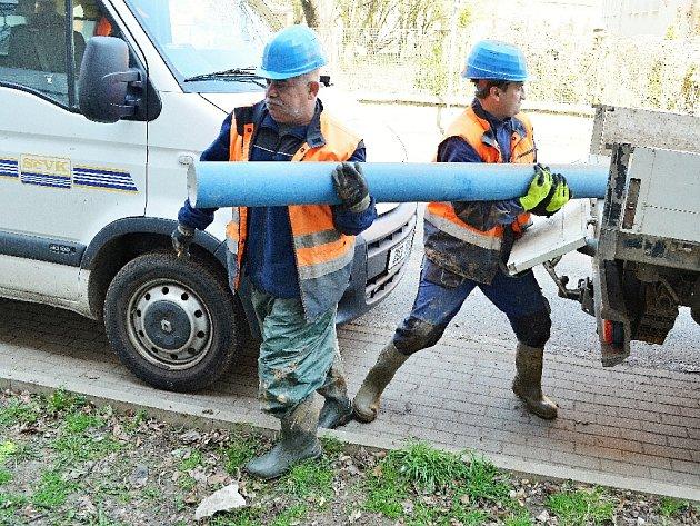 Oprava vodovodu u bloku 5 u nemocnice v Mostě.
