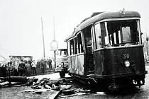 Tramvaj postavená na kola jeřábem a odhalené oběti. Byl sychravý 1. listopad 1960. Je to stále nejsmutnější den v dějinách MHD na Mostecku.