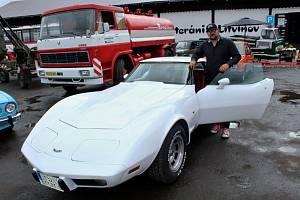 Šéf muzea Veteráni Litvínov u vozu Chevrolet Corvette, který původně vlastnil kosmonaut z programu Apollo 11.