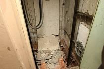 Roztříštěné betonové protizávaží, které se utrhlo u výtahu v Janově.