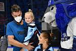 Hokejisté předali finanční pomoc pro nemocnou holčičku.
