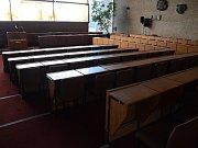 Prázdný sál mosteckého zastupitelstva, politici odešli na začátku jednání.