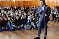 Studenti Střední školy diplomacie a veřejné správy v Mostě si vyslechli rady, jak se chovat, když dojde k teroristickému útoku. Ve škole jim přednášel bezpečnostní expert Andor Šándor.