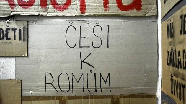 Válečné muzeum Sudety v Mostě vystavuje transparenty Romů z takzvané Bitvy o Janov na podzim roku 2008, kdy došlo k pokusu o pogrom.