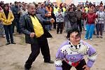 Romové tančí při akci extremistů v Chánově.