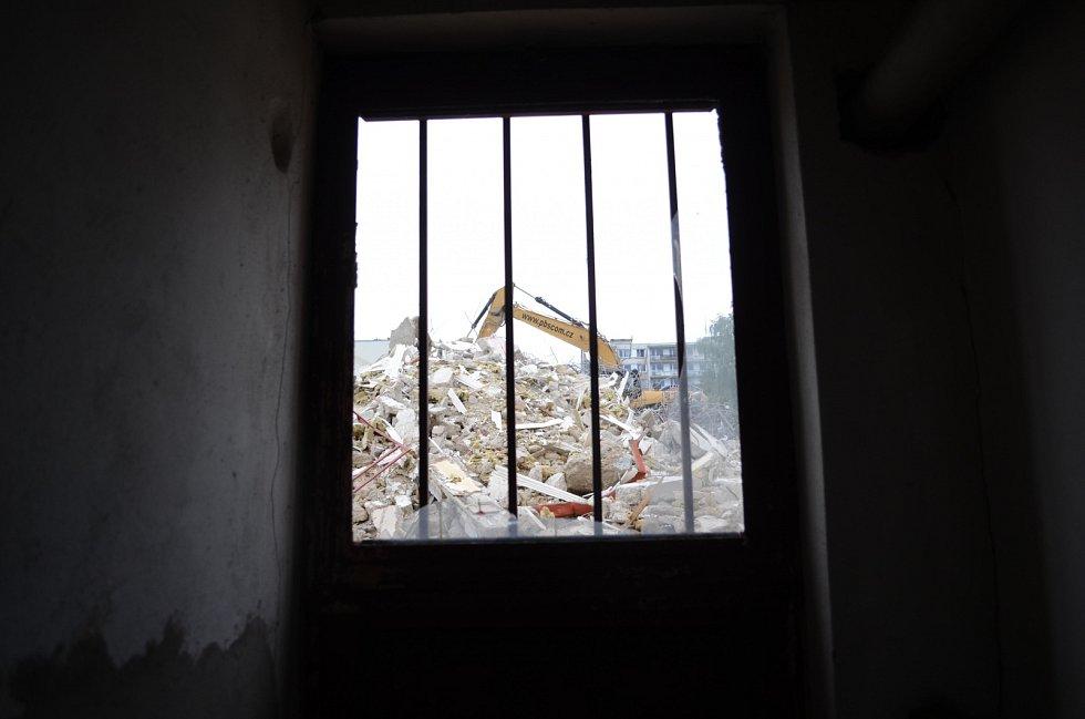 Demolice paneláku v Janově poškodila sousední objekt, kde je vietnamská samoobsluha s rodinným zázemím obchodníka.
