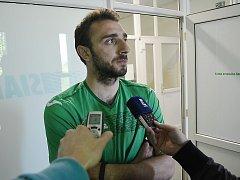 Obránce Ondřej Běloušek odpovídá novinářům po testu na detektoru lži.