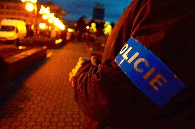 LISTOPAD 2015.Policie hlídala 1.náměstí vMostě při slavnostním rozsvěcení vánočního stromu. Bylo období atentátů vPaříži.