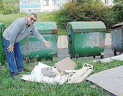 Zdeněk Lánský ukazuje na nepořádek u popelnic.