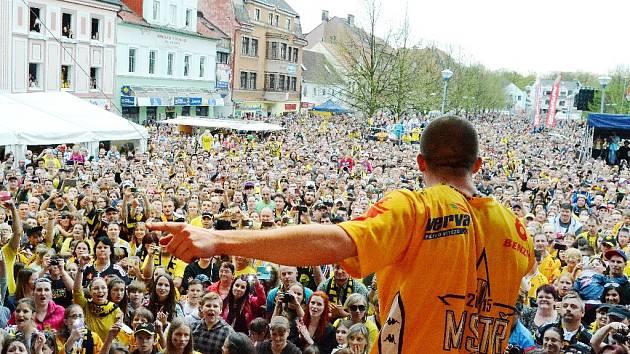 Plné náměstí v Litvínově. Lidé přišli poděkovat hokejistům – čerstvým extraligovým vítězům.