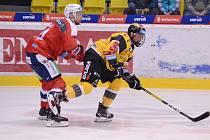 Hokejový útočník Jan Myšák (ve žlutém dresu).