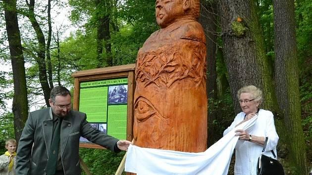 V květnu 2015 byla Vojtěchu Tesařovi odhalena dřevěná socha.