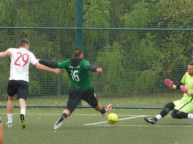 V Mostecké lize malé kopané se hrálo čtrnácté kolo.