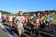Více než 300 účastníků vyrazilo na trať mosteckého autodromu při tradičním T–Mobile Olympijské běhu