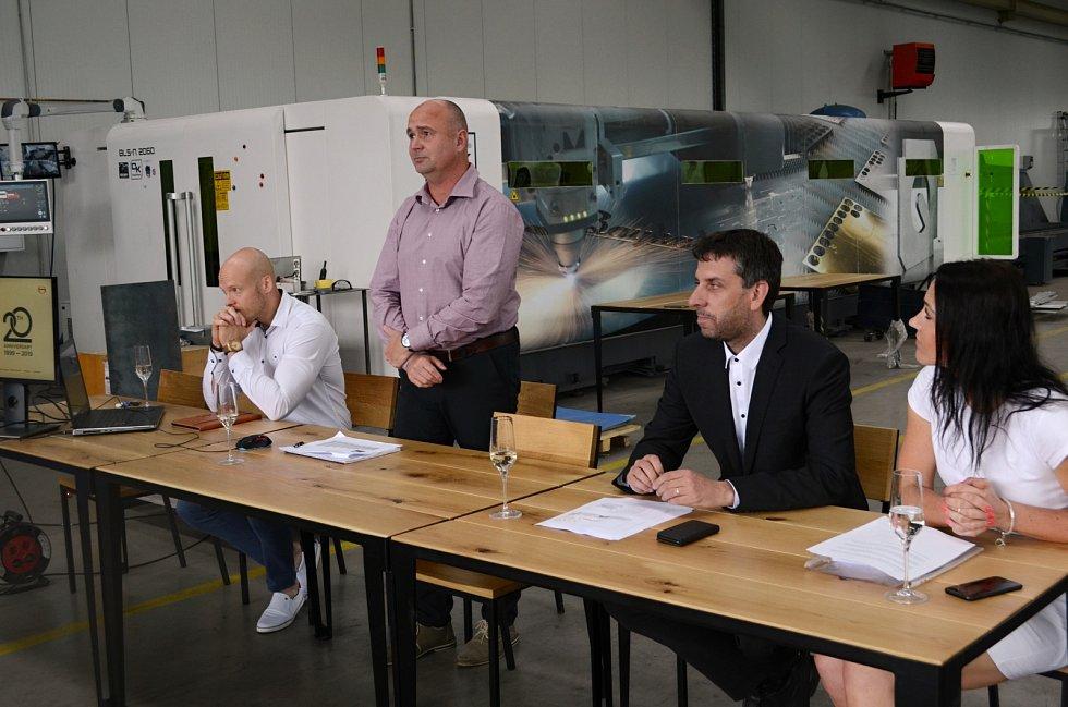 Firma Strojírna Litvínov zakládá ve městě střední průmyslovou školu. Tvůrci projektu představili své plány v jedné z výrobních hal strojírenského projektu.