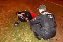 Opilý muž u bloku 86 v Mostě.