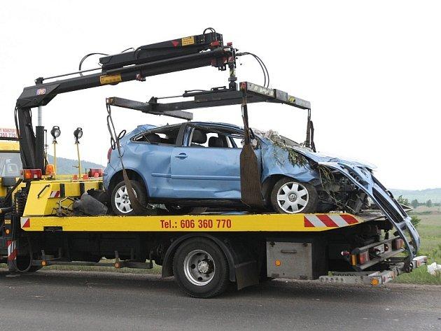 Zdemolovaný vůz po střetu s chodci.