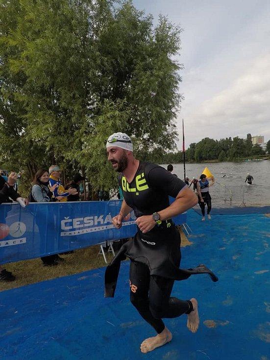 Primátor a triatlonista Jan Paparega vybíhá z vody a míří na kolo při Moraviamanovi. Archivní foto.