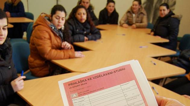 Rozdávání přihlášek na střední školu v Chánově.