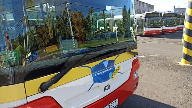 Čela autobusů i tramvají ještě nějakou dobu budou zdobit roušky