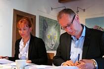 Starostka Litvínova Kamila Bláhová a generální ředitel United Energy Milan Boháček při podpisu smluv.