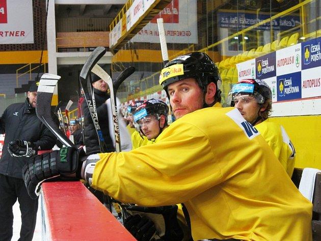 Radek Duda (uprostřed) při svém prvním tréninku v Litvínově.