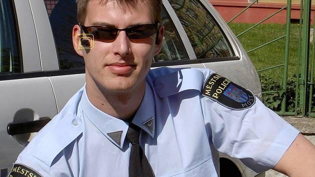 Strážník Václav Hůla s nasazenou náhlavní videokamerou.
